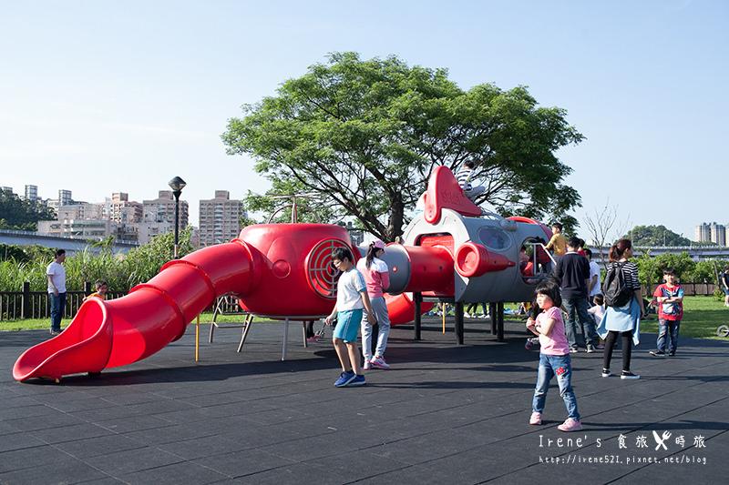 今日熱門文章:【新店】讓小孩恣意奔跑的寬敞園區/大朋友小朋友都適合/台北近郊的親子景點.陽光運動園區