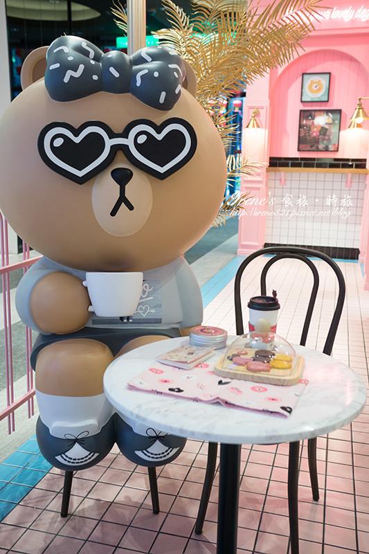 【台北信義區】跟熊大妹一起相約吃午茶/信義新光三越A11/爭相排隊與巨型熊美一起合影.LINE FRIENDS Cafe & Store