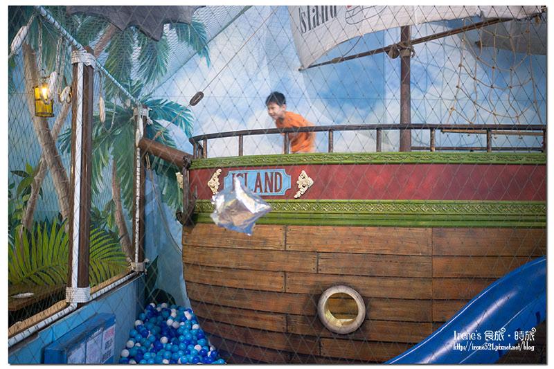 【蘆洲-親子餐廳】把整個海盜船搬入餐廳中,大球池&沙池好好玩.小島泰式料理 @Irene's 食旅.時旅