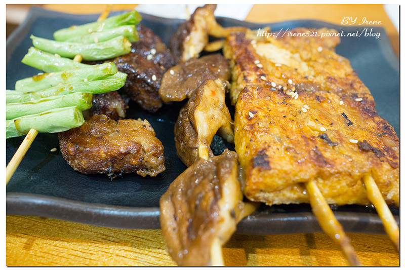 【三重】坐在教室裡用餐,素食燒烤&簡餐,烤室苑(自強店) @Irene's 食旅.時旅