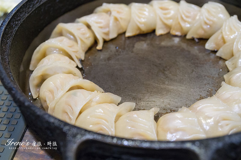 即時熱門文章:【新竹】整個鐵鍋端上桌,用鐵鏟吃餃子,霸氣的美味餃子,日式炒麵和蛋捲也不容錯過.鐵燒餃子