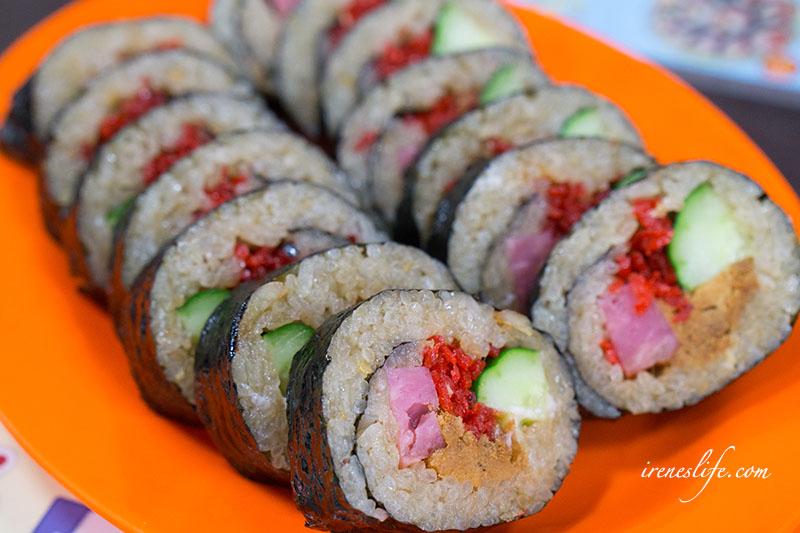即時熱門文章:【蘆洲】油飯只要15元,把油飯捲成壽司,便當變成油飯便當,創意吃法讓油飯多了新風貌.林記油飯