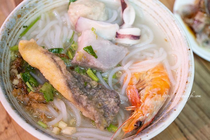 即時熱門文章:【新竹】東門市場人氣爆棚的古早味芋頭米粉湯,海鮮、松阪肉、餛飩都是優秀配角.東門市場米粉攤