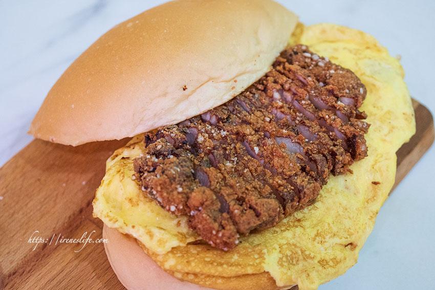 即時熱門文章:【中和】漢堡夾入滿滿紅燒肉,一份芋泥肉鬆只要40元!早餐/消夜通通吃的到.晨。食 宵夜早午餐
