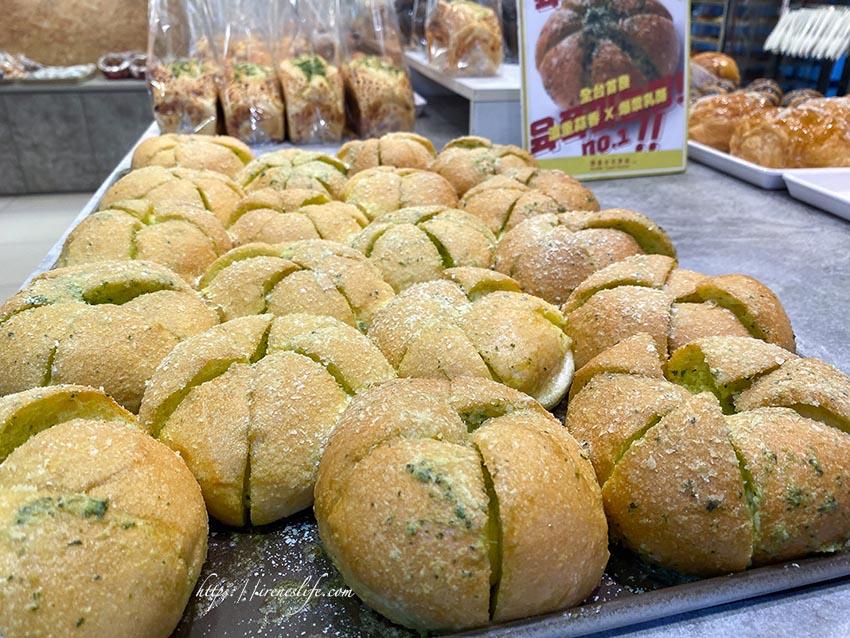 【台北中正區】韓國超夯爆漿大蒜包在台灣也吃的到啦,爆漿乳酪裝蒜包超炸餡.布里王子の麵包廚房
