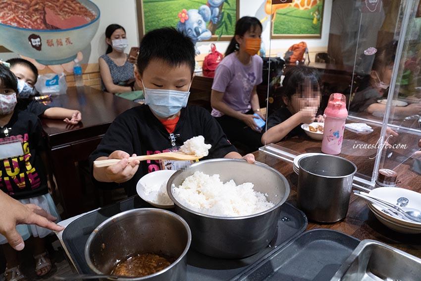 即時熱門文章:【職人體驗】鬍鬚張美食文化館小小店長職人體驗,帶孩子體驗魯肉飯diy的製作