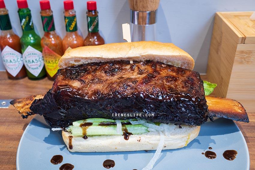 即時熱門文章:台北最浮誇的漢堡,無法一口咬下的霸氣帶骨牛小排漢堡!一份兩種吃法,份量大到可以兩人享用.Fa Burger