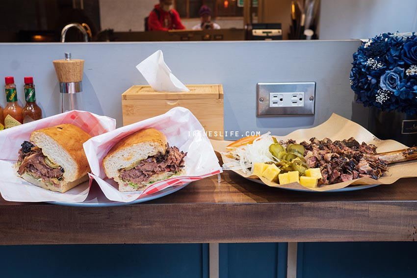 台北最浮誇的漢堡,無法一口咬下的霸氣帶骨牛小排漢堡!一份兩種吃法,份量大到可以兩人享用.Fa Burger