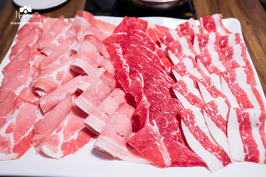 即時熱門文章:超霸氣海陸雙人套餐,一次吃到四種肉+海鮮拼盤,+50元就送50顆蛤仔!沾醬居然有松露醬油