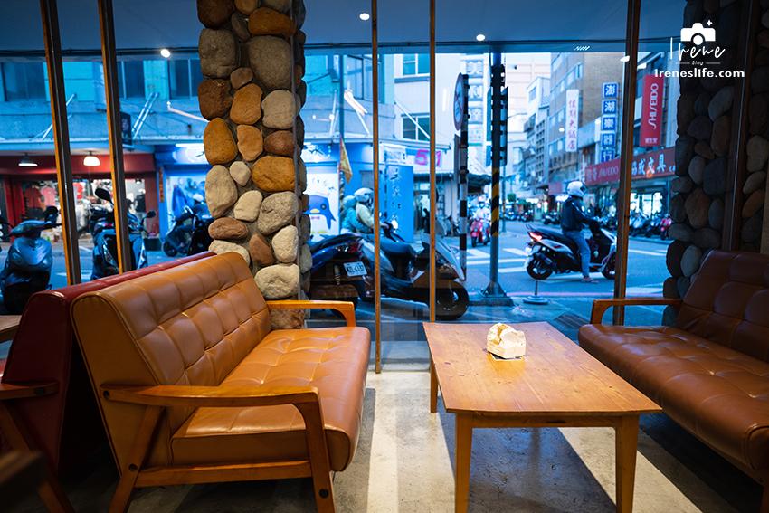 馬公市區推薦平價舒適青年旅館,老房子改裝成的工業風平湖窩行旅,走路就可到觀音亭欣賞花火