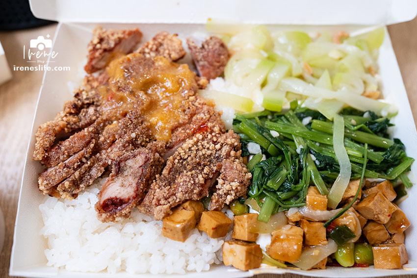 網站近期文章:蘆洲在地美食,巷弄裡的好吃便當,招牌必吃紅燒肉飯,油雞人氣也是紅不讓,晚來買不到